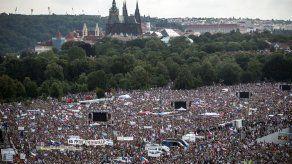 Gran manifestación en Praga pidiendo la partida del primer ministro