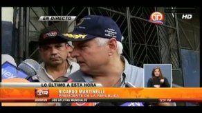 Presidente Martinelli realiza recorrido en Cativá y ayuda en limpieza