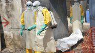 En esta foto de archivo tomada el 8 de marzo de 2015, miembros de la Cruz Roja de Guinea mueven el cuerpo de una persona que murió por el virus del Ébola en el hospital Donka en Conakry.