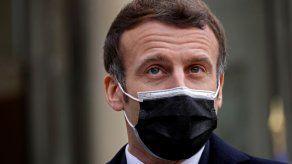 Macron se encuentra estable y sigue trabajando en aislamiento