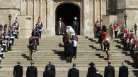 Los cuatro hijos y varios de los nietos de la pareja real acompañaron a pie hasta allí al Land Rover especialmente diseñado por Felipe para llevar su féretro durante un breve cortejo fúnebre por los jardines del castillo.