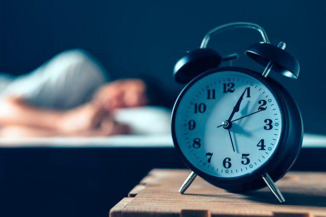 Investigadores concluyeron que aquellos de edades comprendidas entre los 50 y 60 años que duermen menos de las siete horas recomendadas tienen más riesgo de padecer demencia.
