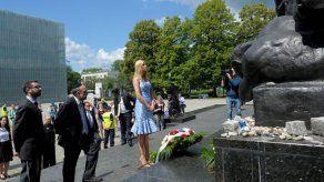 Ivanka Trump deposita flores en el monumento a Héroes del Gueto de Varsovia