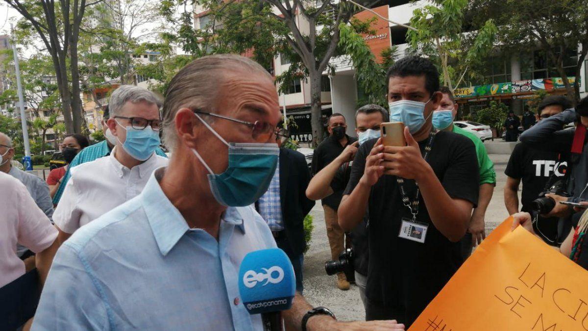 En el Parque Andrés Bello, el alcalde del distrito de Panamá, José Luis Fábrega fue recibido con una protesta realizada por residentes de Vía Argentina, quienes exigen la conclusión de esta obra.