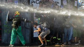 Las imágenes de jóvenes con los ojos ensangrentados tras recibir perdigones y bombas lacrimógenas en la cara dieron la vuelta al mundo y obligaron al Gobierno de Chile a lanzar un programa de reparación de traumas oculares.