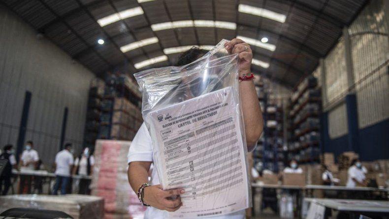 Perú inicia distribución cédulas y mascarillas para comicios del 11 de abril