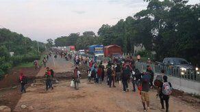 Unos 2.000 migrantes marchan en caravana desde la frontera sur de México