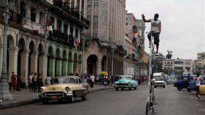 Intrépido cubano se pasea por La Habana en bicicleta de 4 metros