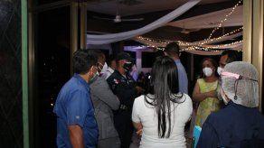 Más de 100 personas sorprendidas en celebración de una boda en Pedregal