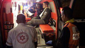Policía israelí: palestino apuñala a agentes en comisaría