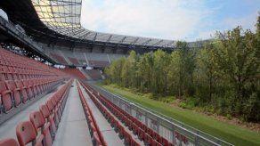 Un bosque en un estadio de fútbol para representar la naturaleza amenazada