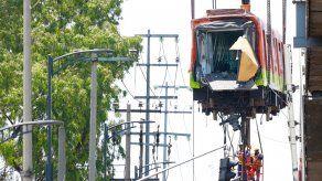 En la mañana de este martes operarios retiraban los cuerpos que quedaron atrados entre los restos del metro de México colapsado.