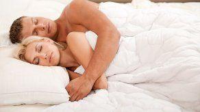 Beneficios de dormir desnuda con tu pareja