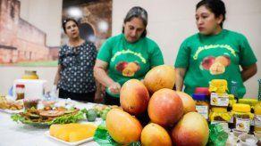 Mujeres paraguayas reinventan platos tradicionales con el poco querido mango