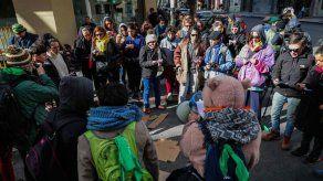 Besazo de mujeres en Uruguay en protesta de sentencia a lesbiana argentina