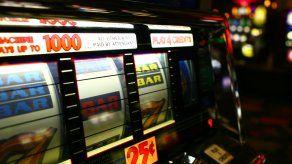 La pareja no podrá ingresar a salas de juegos y apuestas tras restricciones impuestas de la Junta de Control de Juegos.