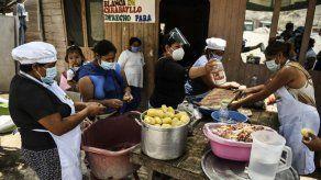 La gente no tiene qué comer: ollas comunes florecen en la cuarentena en Perú