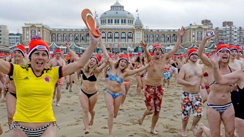 Unas 20.000 personas celebran Año Nuevo con tradicional baño en mar del Norte