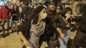 Tras las oraciones musulmanas del último viernes de la fiesta musulmana del Ramadán en Jerusalén, la policía antidisturbios israelí trató de dispersar a las multitudes.