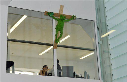 Museo italiano desafía al Papa con rana crucificada