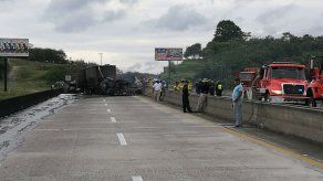 Cierran autopista Panamá - Colón por incendio tras colisión múltiple