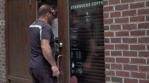 Starbucks cierra cafeterías en EEUU para capacitar empleados