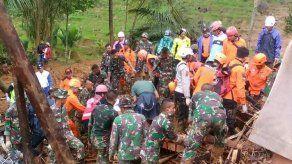 Aumentan a 15 los muertos por un deslizamientos de tierra en Indonesia