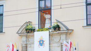 Papa se asoma a la ventana del arzobispado para despedirse de Polonia