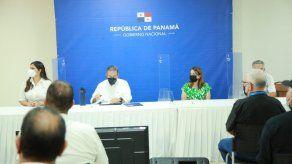 El presidente de la República, Laurentino Cortizo y la ministra de Educación, Maruja Gorday de Villalobos durante la sanción de la Ley que promueve el Bachillerato Internacional.