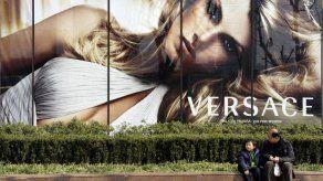 Versace se disculpa por camisetas vendidas en China