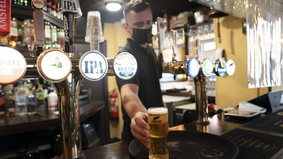 El lunes, las medidas de confinamiento se aflojaron más en el Reino Unido, con la autorización para que bares y restaurantes den servicio dentro, al igual que salas de cine y teatro.