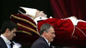 Fieles lloran la muerte del papa Juan Pablo II