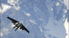 Hombre realiza primer vuelo con nueva ala de carbono