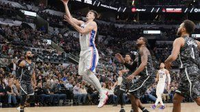 76ers cortan racha de 13 derrotas en San Antonio