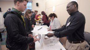 Republicano Charlie Baker es reelegido como gobernador de Massachusetts