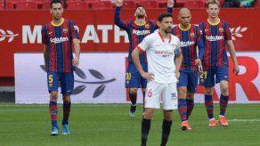 Barcelona gana en Sevilla y adelanta al Real Madrid