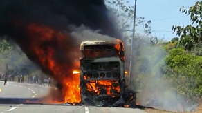 Bus con más de 30 pasajeros se incendia en Los Ruices