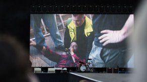Líder de Foo Fighters se rompe una pierna y sigue el show con un yeso