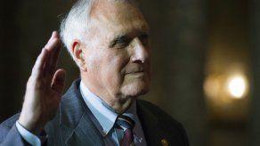 Jon Kyl presta juramento para ocupar el escaño de McCain
