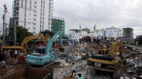 Aumentan a 24 los muertos tras derrumbe de edificio en Camboya