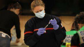 Actualmente en Francia la vacunación está abierta a partir de los 55 años y para los adultos con patologías precisas.