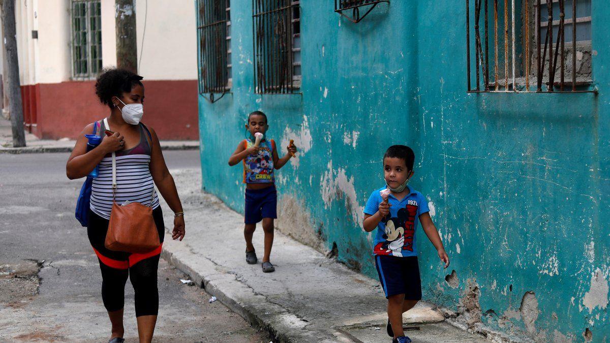 Desde hace varios meses Cuba enfrenta el peor rebrote de la pandemia de covid-19 con un incremento del número de contagios -que afecta a la población pediátrica- y también de fallecidos.