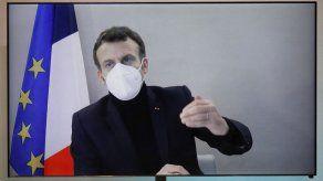 Detractores de Macron lo critican por no protegerse de COVID