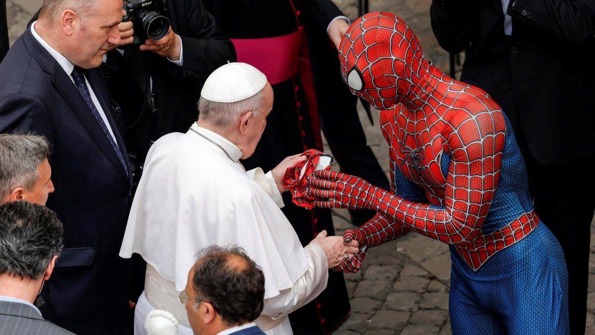 La primera vez que el joven se enfundó el traje de Spiderman fue hace cuatro años, movido por su propia experiencia, pues padece una enfermedad congénita desde niño.