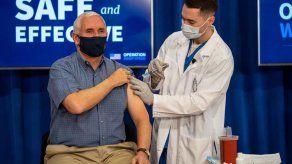 Mike Pence se pone en público la vacuna de la covid-19 para generar confianza