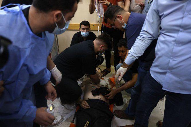 Médicos palestinos intentan salvar a un hombre en un hospital en el norte de la Franja de Gaza en medio de un estallido de violencia israelí-palestina