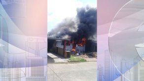 Bomberos extinguen incendio en una residencia en Las Acacias