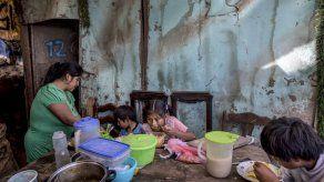 Ollas comunitarias regresan para contener el hambre en Perú