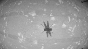 Junto con el mensaje, y como ocurrió con el primer vuelo realizado el lunes, la NASA publicó una fotografía en blanco y negro de la sombra del Ingenuity sobre suelo marciano registrada por una de sus cámaras.