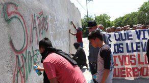 Mitin de padres de desaparecidos de Ayotzinapa culmina en destrozos en México